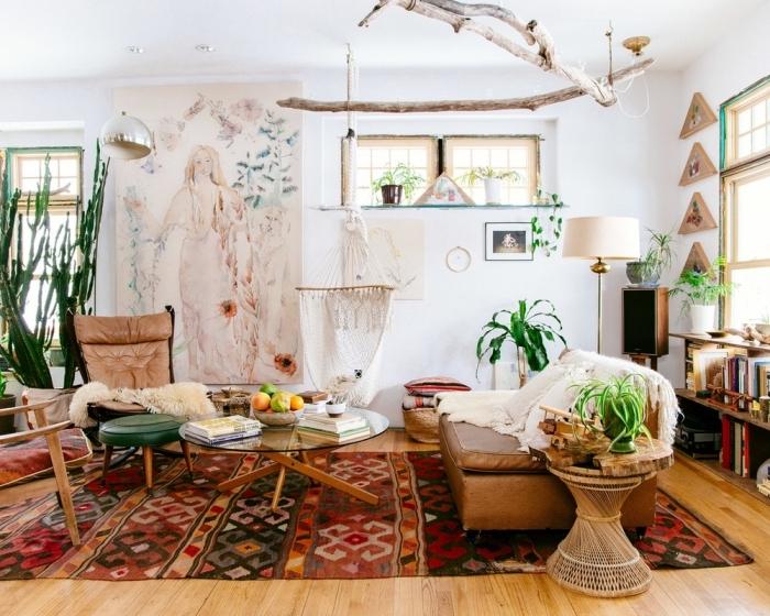 ambiance de style boho chic dans un salon aux murs blancs avec parquet de bois, modèle de tapis ethnique coloré