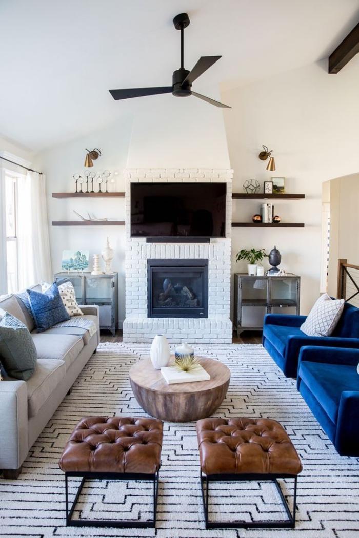 salon blanc immaculé d'ambiance ethnique chic rendu très chic par les deux fauteuils en velours couleur bleu roi, deco salon bleu et blanc aux accents ethnique chic