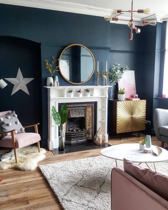 un salon couleur bleu nuit aux accents rose poudré pour une ambiance cozy et féminine