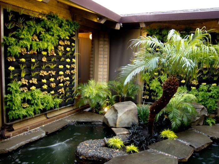 aménager un petit jardin zen dans sa cour intérieiure avec fontaine et mur végétal en sac poche de plantation
