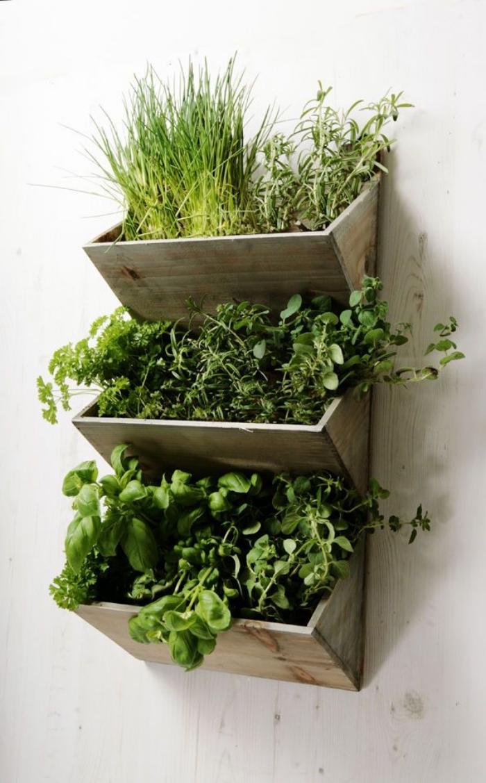 une jardinière murale en bois récup qui n'occupe de place, idéale pour aménager un petit jardin vertical sur le balcon