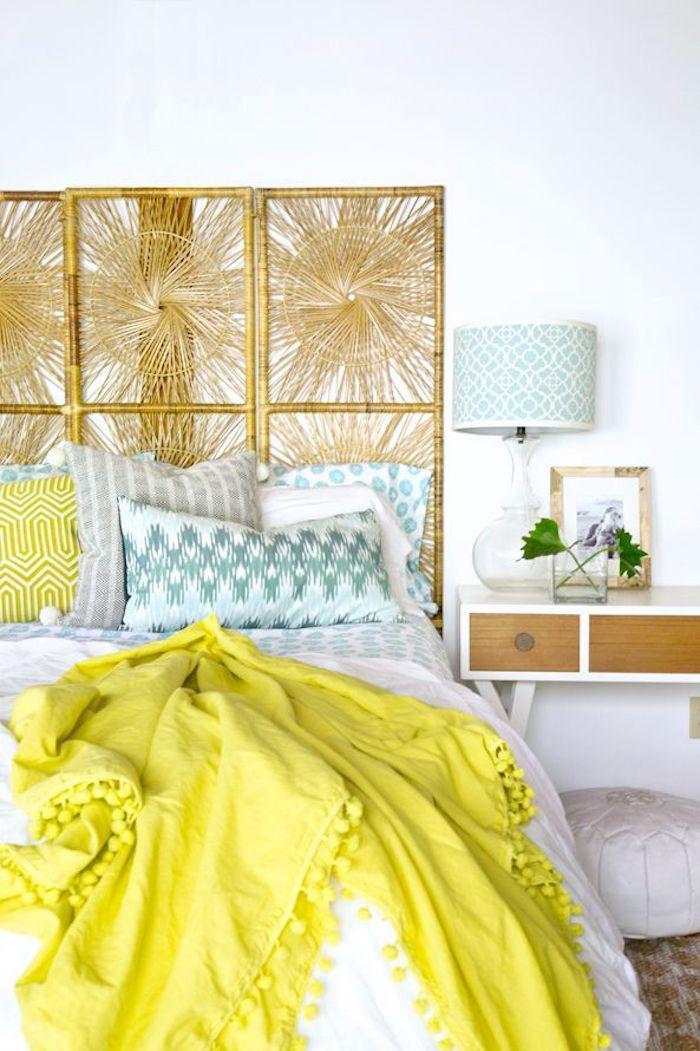 Idée comment aménager une chambre de 10m2, comment aménager une petite chambre, mobilier de chambre vintage, couverture jaune, tete de lit en rotin