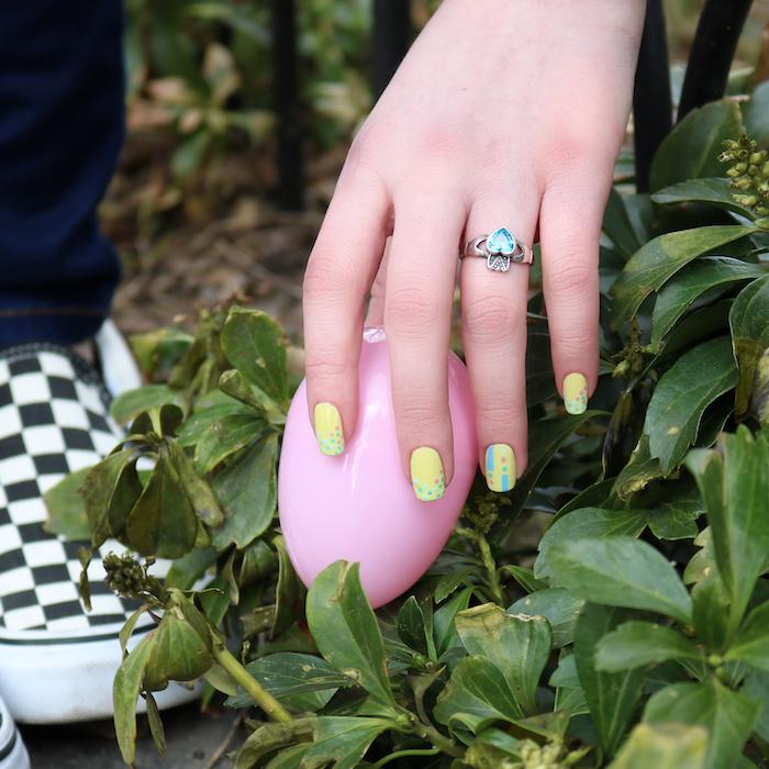 Ongle gel couleur jaune pour l'été, idee ongle deco, dessin bleu sur ongle, mode vernis en gel, quelle couleur choisir