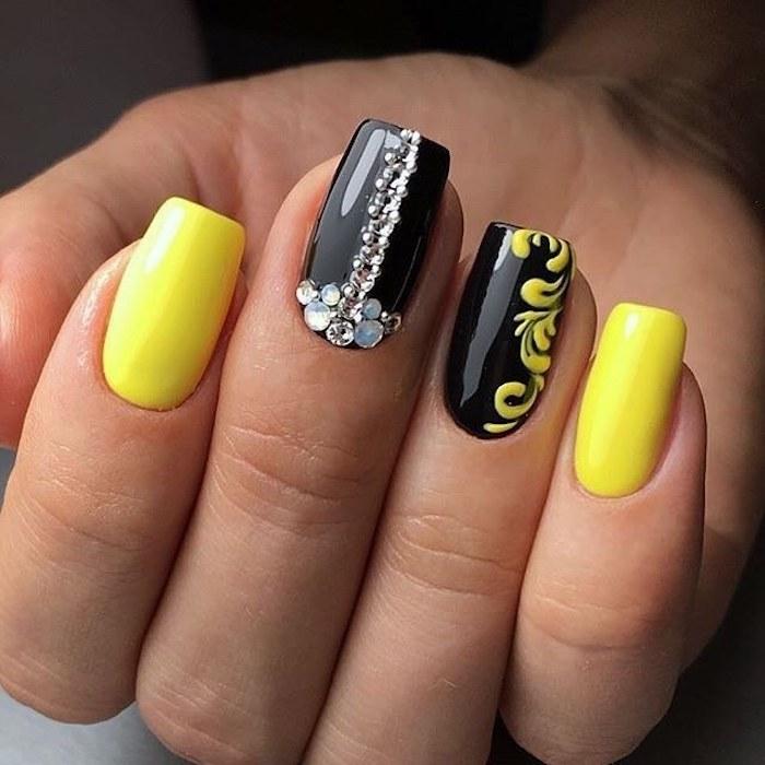 Dessin ongle fleurie, idee ongle pour femme, deco tendance été 2018, exemple deco ongles en gel jaune et noir avec décoration pierres