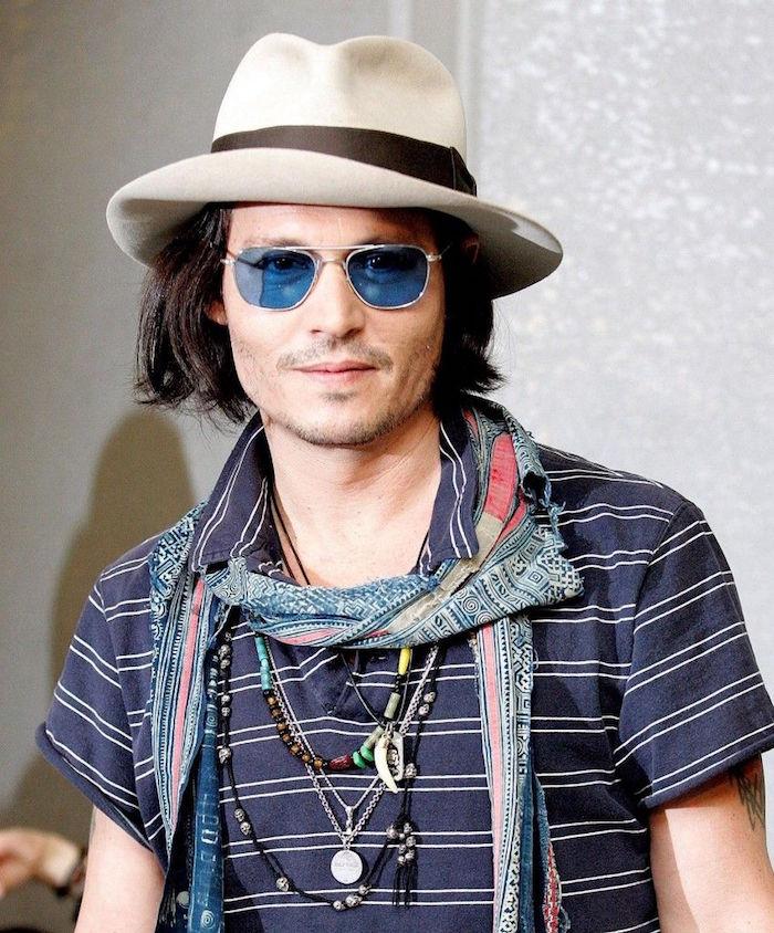 johnny depp avec look bohème chic été avec foulard couleurs et colliers decontracté