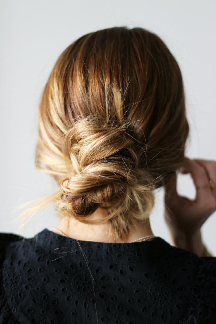 chignon bas sur cheveux couleur tendance, coiffures effet coiffé décoiffé, chignon ébouriffé