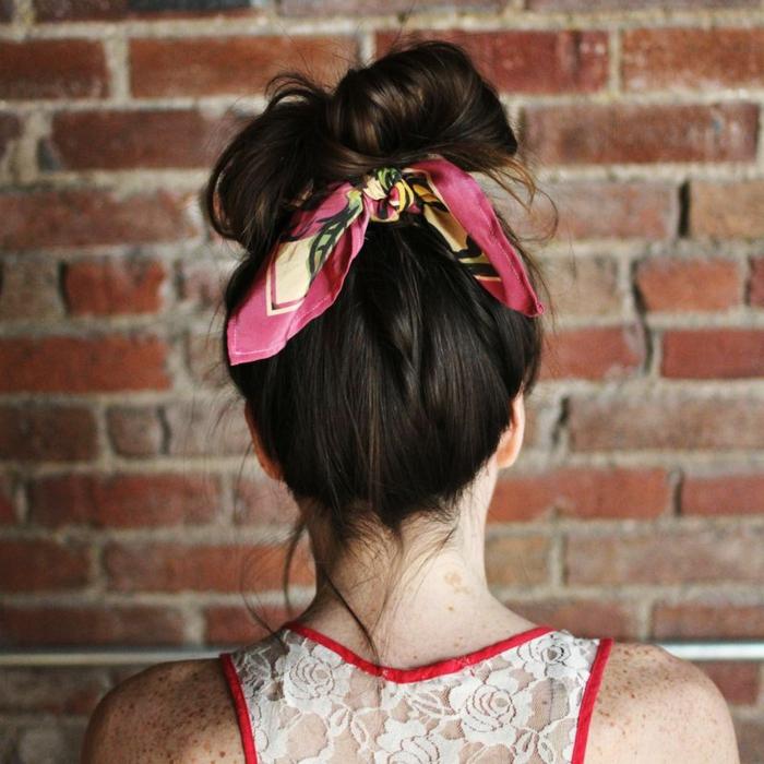 chignon coiffé décoiffé avec un ruban rose, blouse dentelle blanche avec des rebords rouges