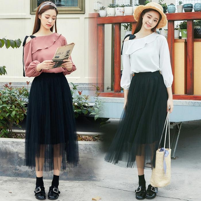 jupe plissée portée avec des chaussures noires, top épaule dénudé, chapeau et bandeau de cheveux