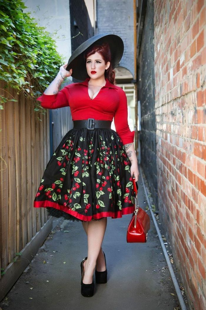 vetement annee 50, femme vintage, jupe floral avec jupon, chapeau noir, blouse rouge