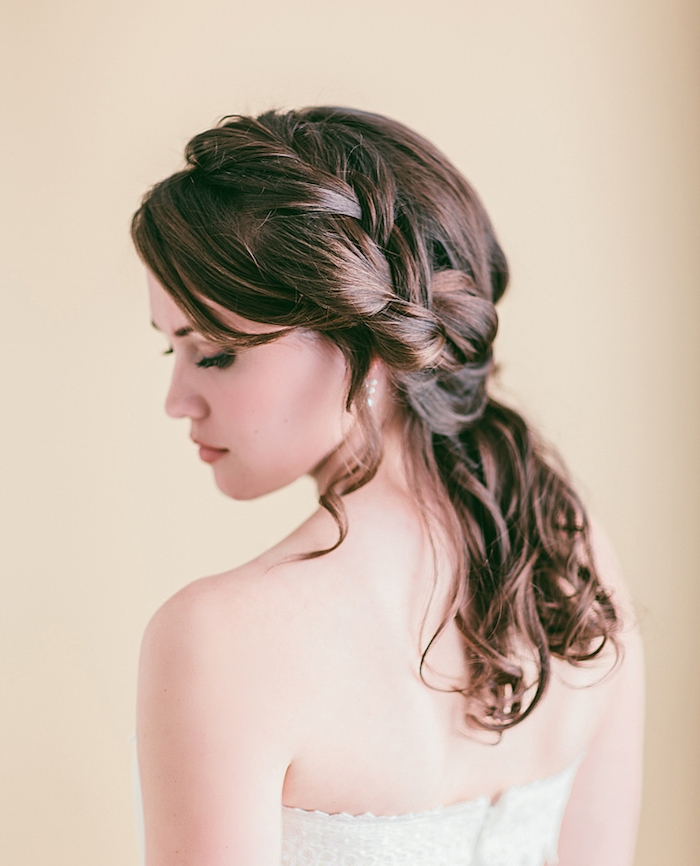 demie tresse latérale de côté sur cheveux chatain ondulés, coiffure mariage boheme originale
