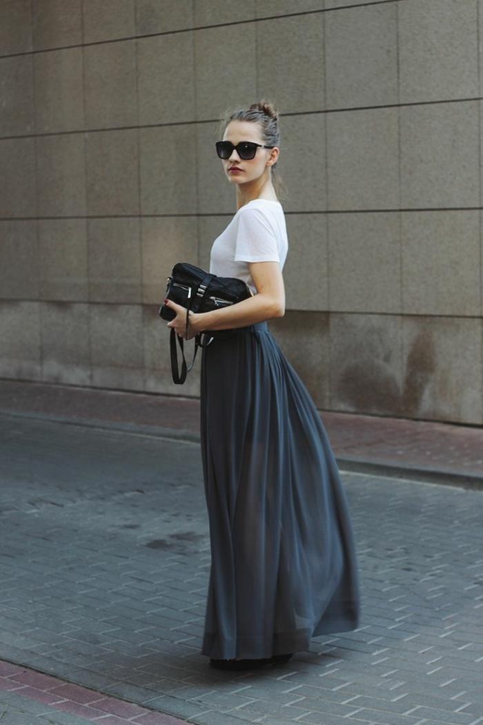 jupe taille haute évasée, tee-shirt blanc, lunettes de soleil et chignon messy