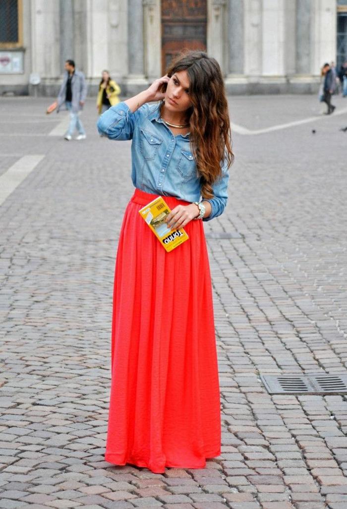 jupe longue boheme couleur rouge, chemise en denim, tenue chic casuelle de tous les jours