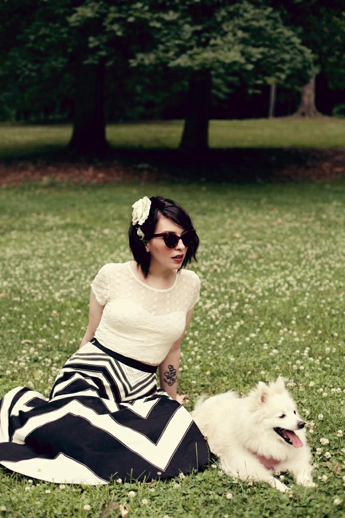 longue jupe évasée, top blanc élégant avec broderie, ceinture noire