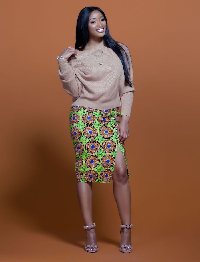 jupe tenue africaine wax tube aux genoux fendue motif vert et marron avec top beige