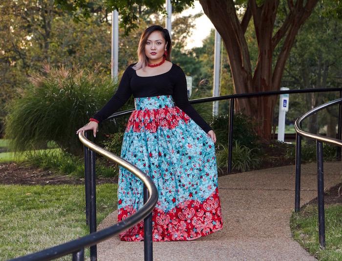 jupe longue et large africaine wax rose et turquoise à taille haute et top manches longues noir
