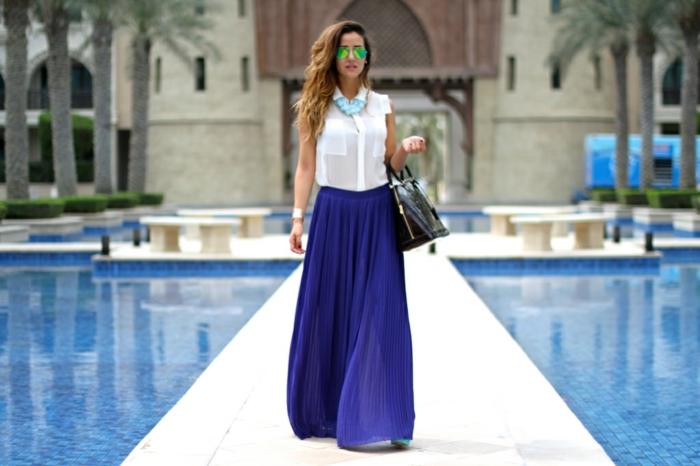 look élégant moderne, jupe longue boheme, shirt blanc, sac en cuir noir, collier bleu