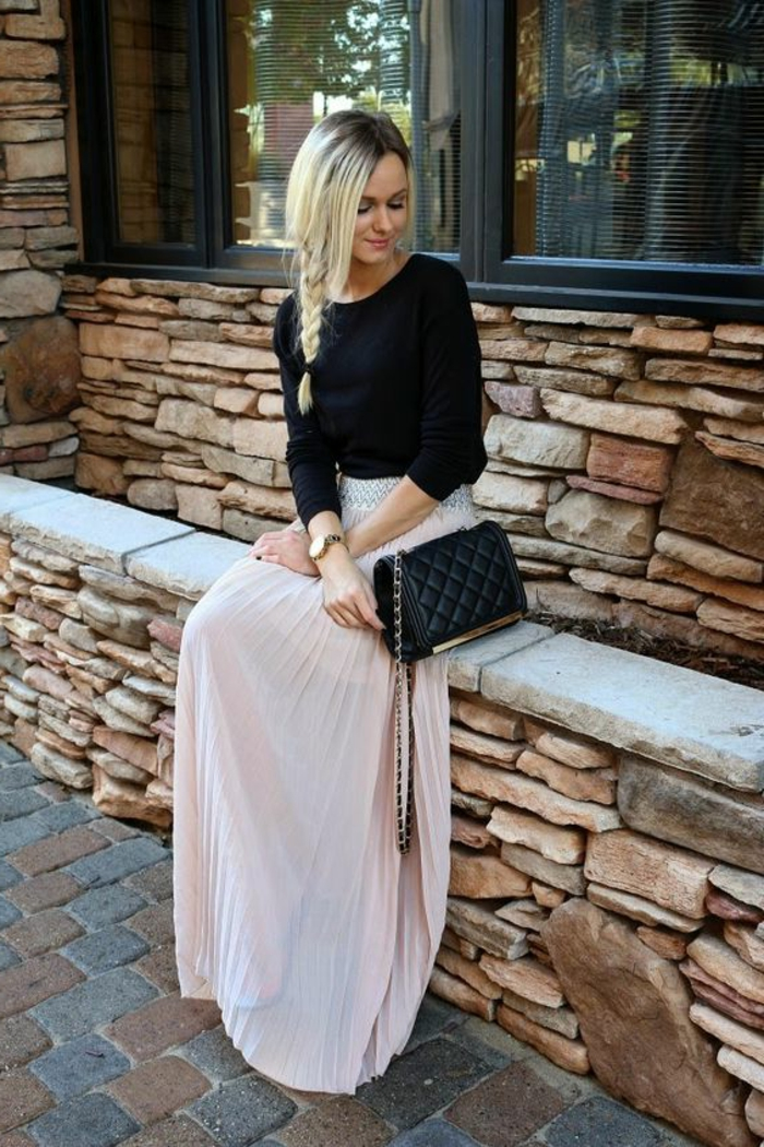 jupe rose, jupe rose boheme, sac noir matelassé, top noir manches longues