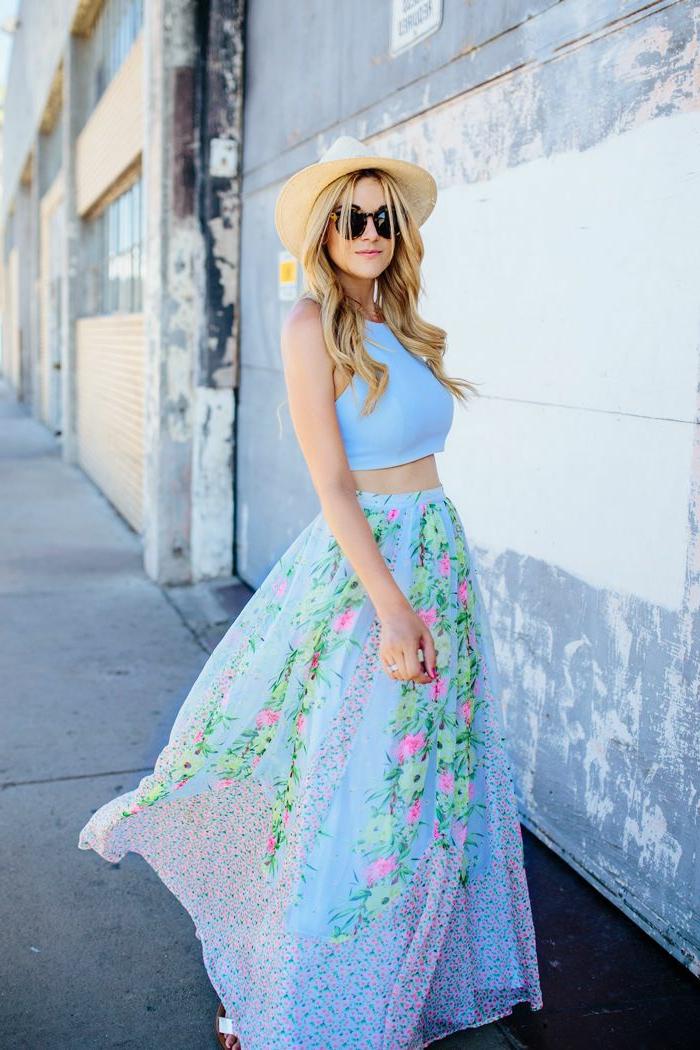 top bleu, jupe taille haute évasée à magnifiques motifs floraux, chapeau d'été