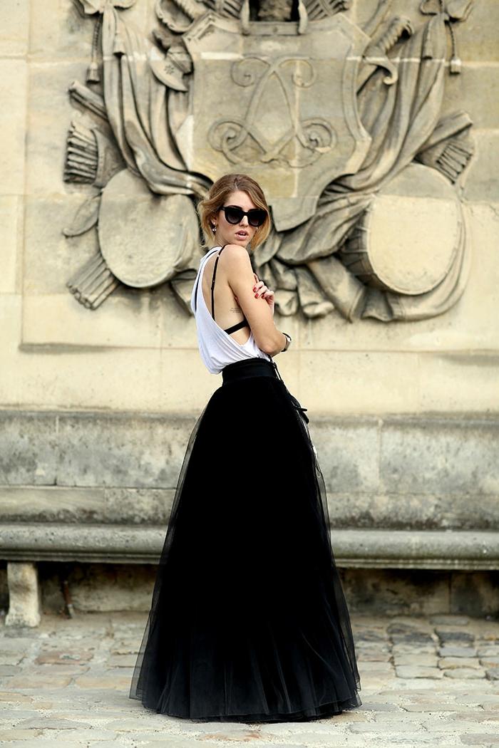 jupe longue noire, jupe bouffante en tulle, top sexy blanc, lunettes tendance