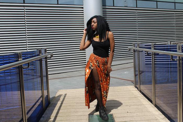 mode nigeria avec jupe africaine longue fendue avec top noir et collant