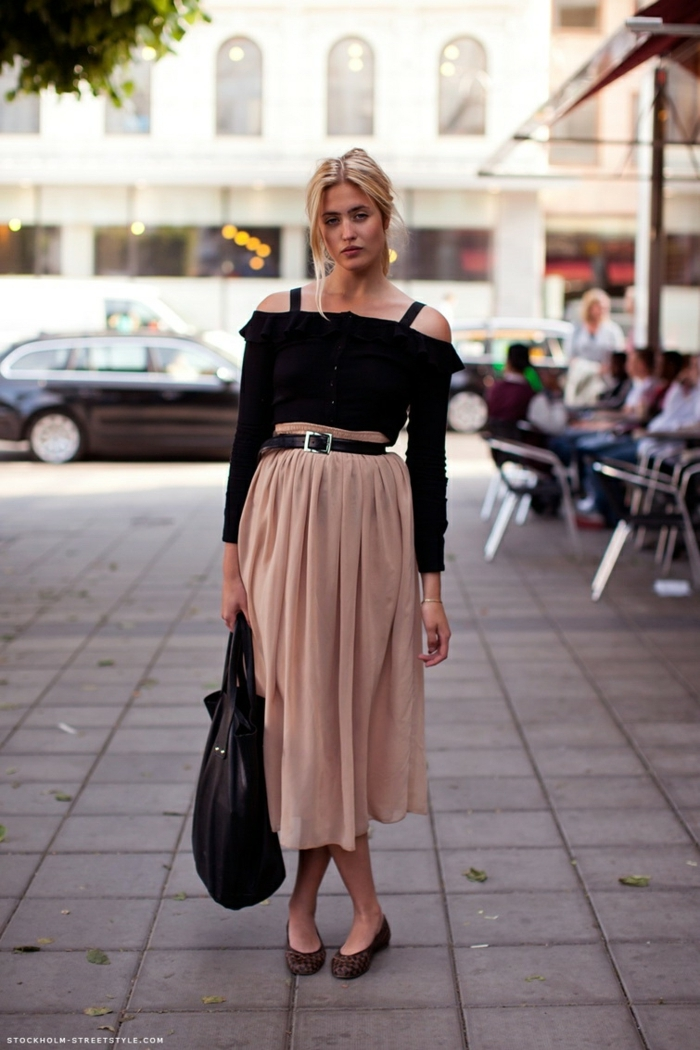 jupe couleur rose taupe midi longue, blouse noire manches longues, ceinture noire