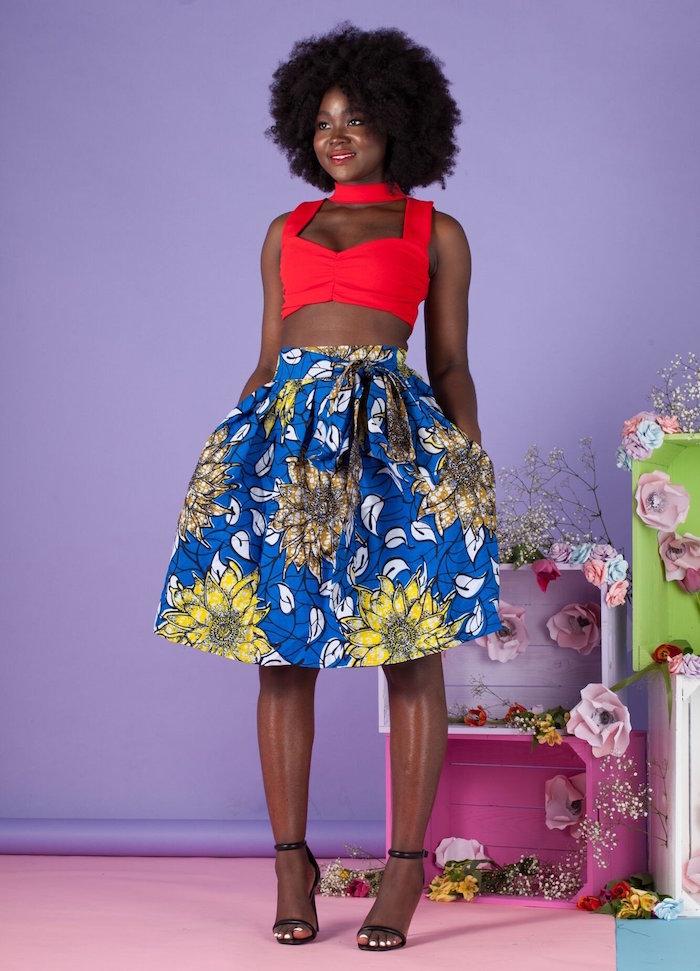 model africain avec jupe wax bleu et fleur tournesol large pour tenue été avec haut rouge