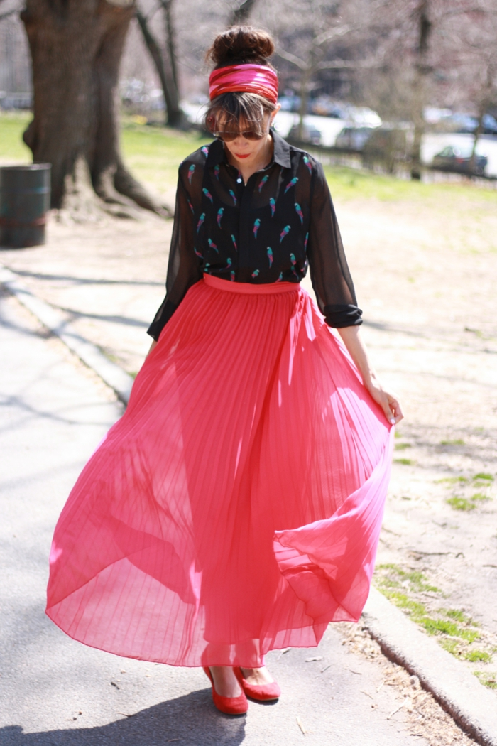 jupe longue boheme couleur rose, chemise noire, bandeau de cheveux rose
