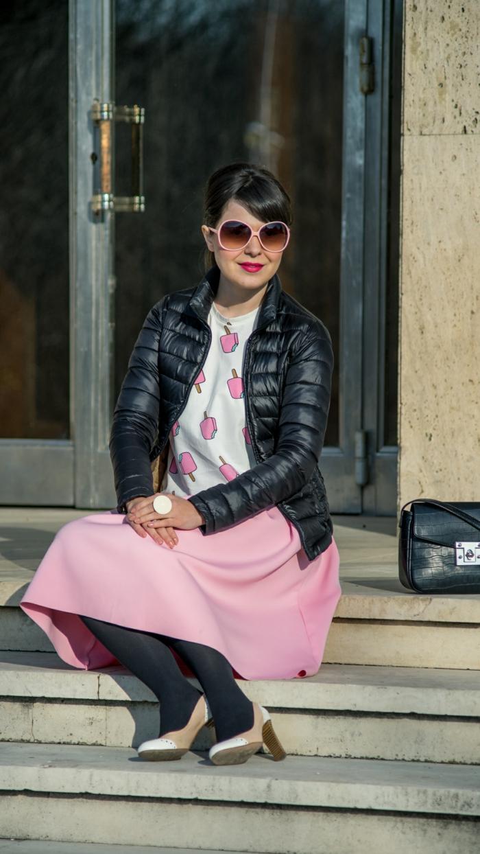 vetement retro, jupe rose, collant noir, escarpins rétro, lunettes de soleil roses