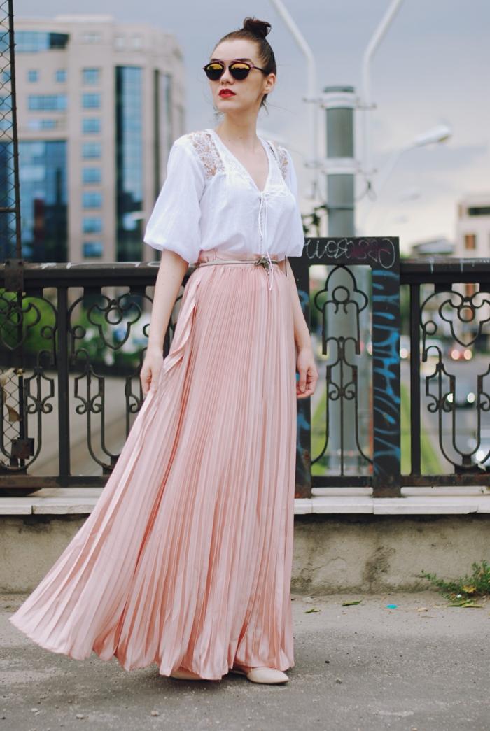 jupe plissée rose, chemise avec des manches fluides, jupe longue boheme