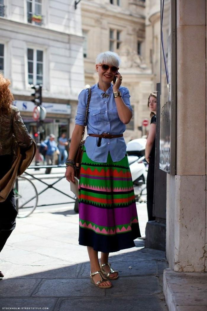 tenue streetstyle d'été, sandales lumineuses, jupe boheme colorée, chemise denim