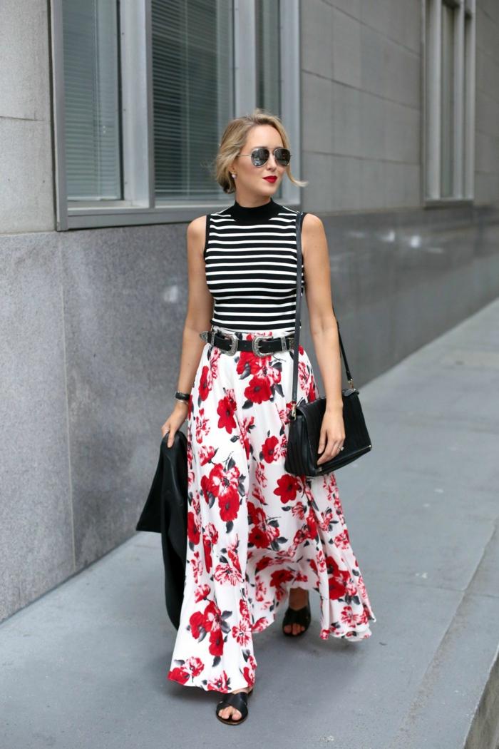 jupe florale longue, débardeur au col montant, ceinture noire en cuir, sac en cuir