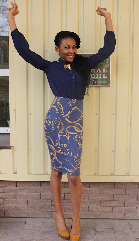 jupe crayon imprimé ankara africain bleu et or avec chemisier marine