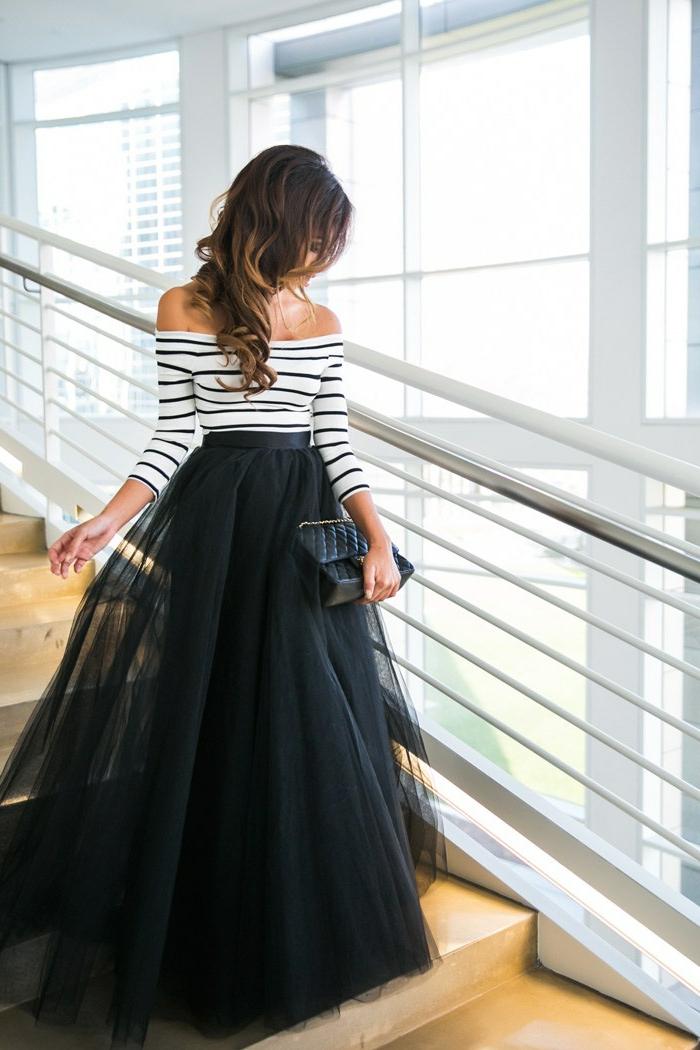 blouse à épaules dénudées, jupe longue noire, sac à main matelassée