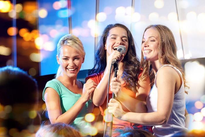 Idée activité evjf week end enterrement de vie de jeune fille pas cher karaoké nuit chanter avec des amies