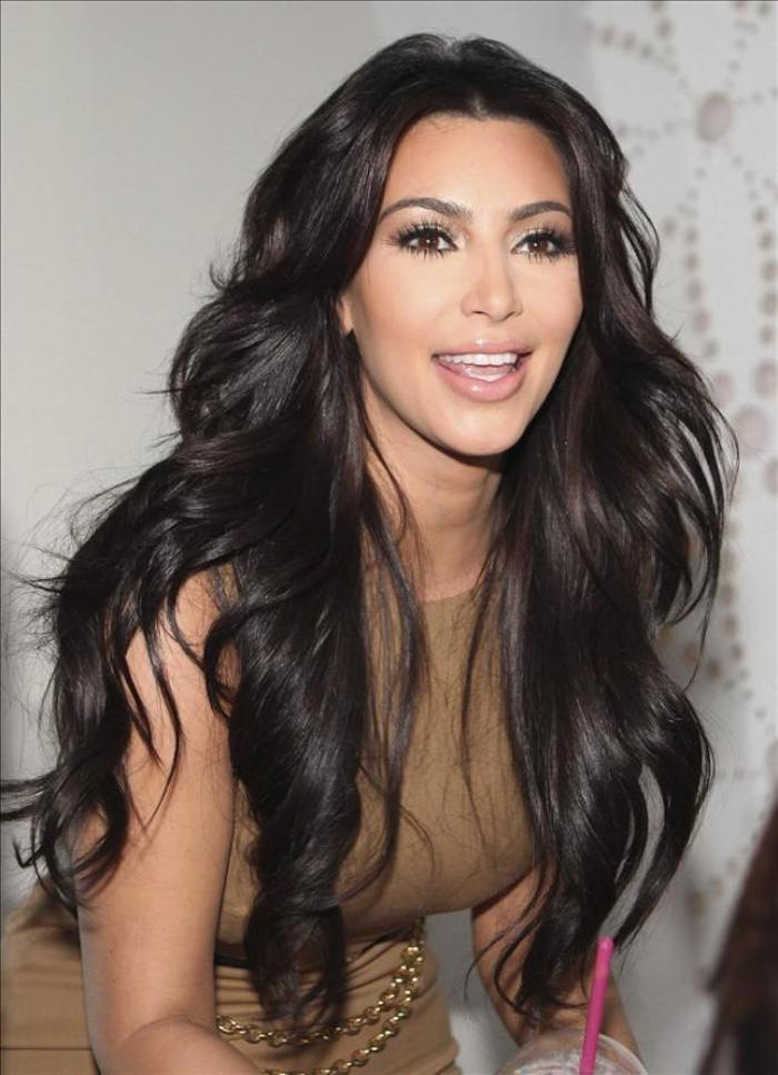 photo de kim kardashian brune cheveux longs foncés effet glacé brillant