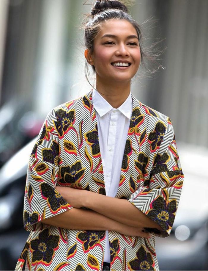 une veste kimono à motifs wax et chevrons associée à une chemise blanche pour un look ethnique chic au printemps