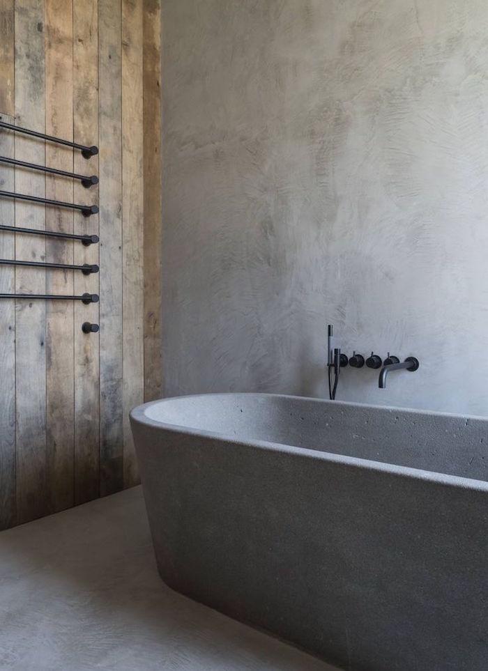 salle de bain mur en bois et ciment et baignoire en béton ciré ilot design