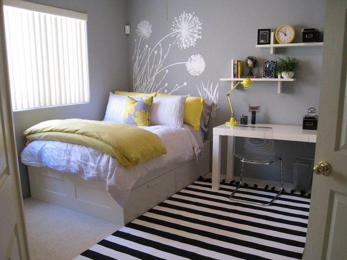 Idee amenagement petite chambre ado, idees comment aménager une petite chambre, peinture de mur avec fleurs, tapis rayé noir et blanc
