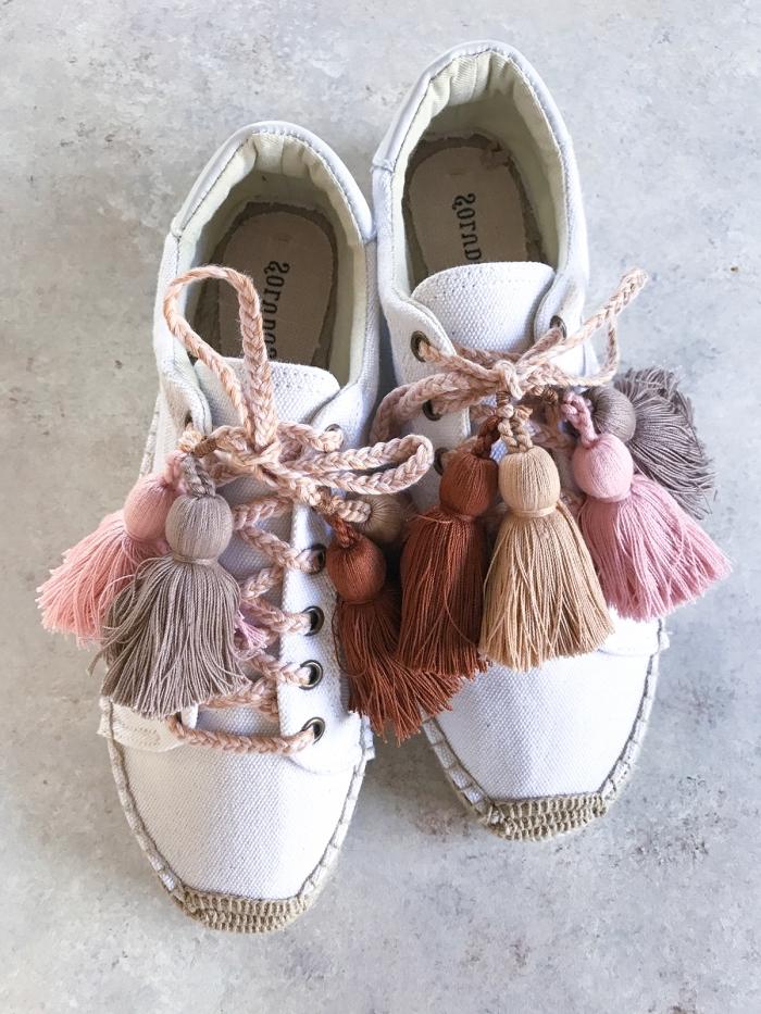 idée comment personnaliser ses chaussures, modèle de baskets blancs avec déco en corde et tassels diy pour ado