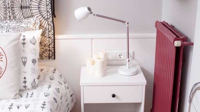 deco boheme chic dans une chambre moderne aux murs blancs avec meubles de bois blanc, modèle de coussins décoratifs en blanc et noir aux motifs symboliques