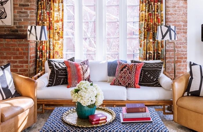 idée déco de salon traditionnel aux murs en briques rouges et pan de mur blanc avec meubles de bois camel