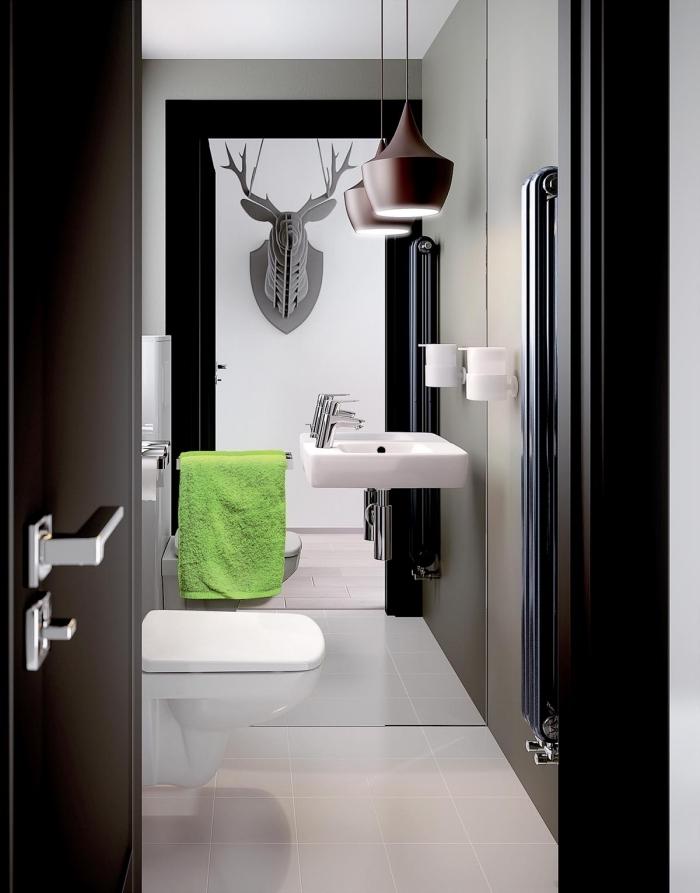 exemple design intérieur moderne dans une petite salle de bain aux murs gris clair avec carrelage plancher blanc
