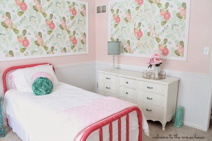 idée déco avec de la tapisserie moderne à réaliser avec du papier peint encadré posé au-dessus du lit ou d'une commode