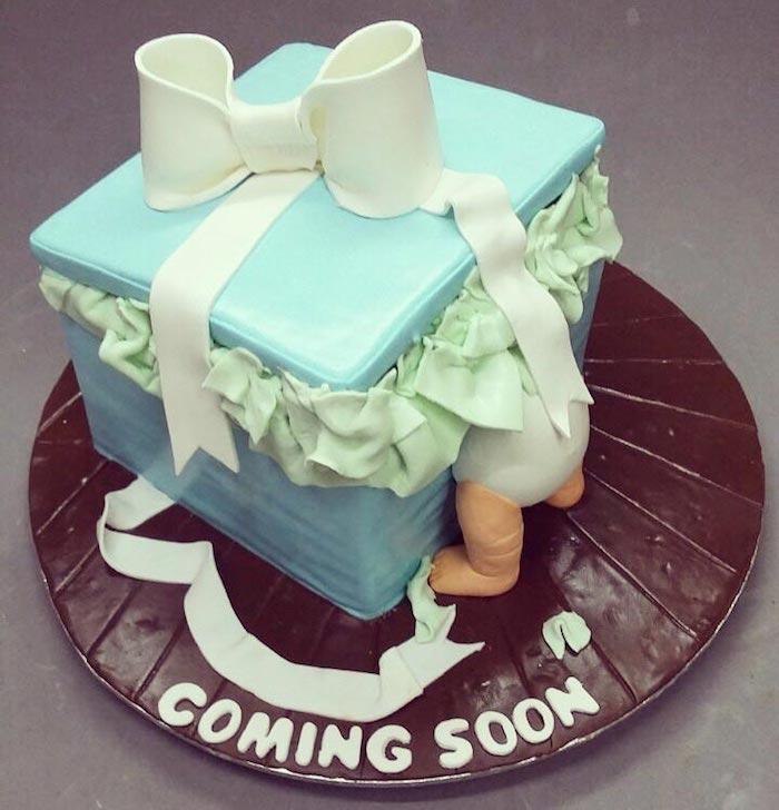 Gâteau à la forme de cadeau baby shower bébé dans une boite en fondant bleu