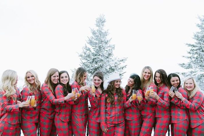 Idées enterrement de vie de jeune fille pas cher organisation evjf photo en hiver filles marching pyjamas