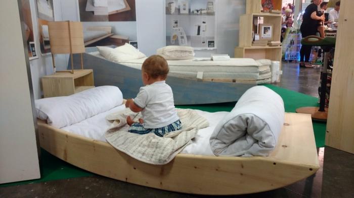 miroir montessori, lit bébé sans barreau, berceau original en bois clair, meuble en bleu pastel, niches de rangement dans le mur