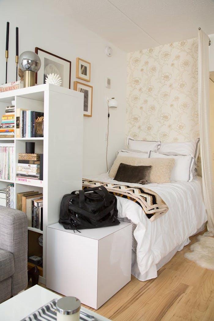 Deco chambre mansardée, aménager une petite chambre style scandinave, séparer l'espace avec bibliothèque, loft idees