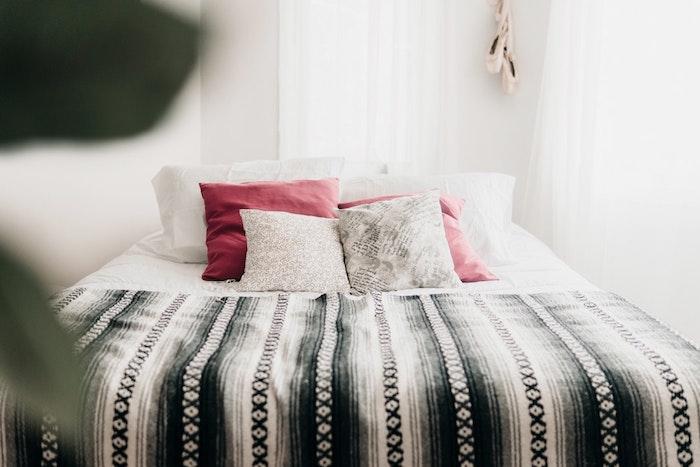 Deco petite chambre adulte, espace pour le lit, fonctionnel aménagement chambre 10m2, cosy déco scandinave