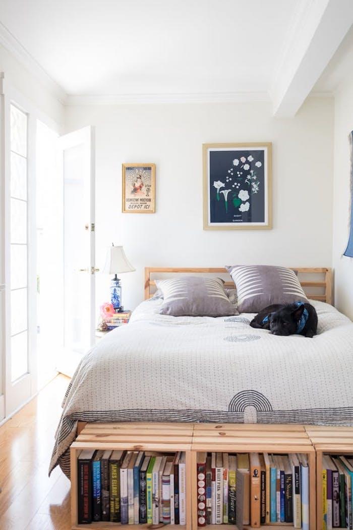 Chouette idée déco de chambre adulte, aménagement chambre 10m2, décoration mignonne avec un lit en bois et dresser en palettes plein de livres