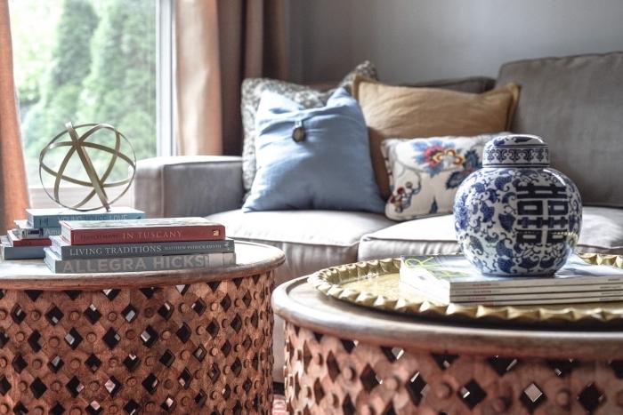 aménagement de salon traditionnel avec objets exotiques de style oriental, modèle de salon gris avec objets ethniques